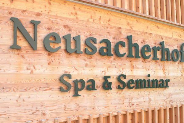 Neusacherhof_Schriftzug_2
